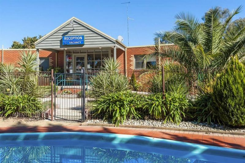 COMFORT INN COACH AND BUSHMANS - Accommodation BNB