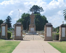Warwick War Memorial and Gates - Accommodation BNB