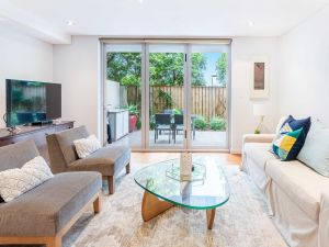 Modern apartment with large courtyard and short walk to Bondi Beach - Accommodation BNB