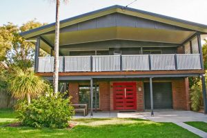 Red Door Beach House - Marcoola Beach - PET FRIENDLY FOXTEL WIFI 500 BOND Linen Supplied - Accommodation BNB