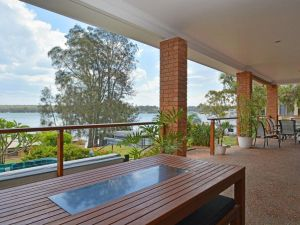 The House on the Lake  Fishing Point Lake Macquarie - honestly put the line in and catch fish - Accommodation BNB