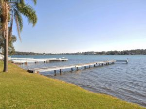 The Studio on the Lake  Fishing Point Lake Macquarie - honestly put the line in and catch fish - Accommodation BNB