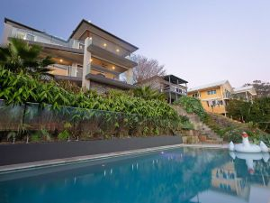 Absolute Waterfront Lakehouse Fishing Point Waterfront Pool Jetty - Accommodation BNB